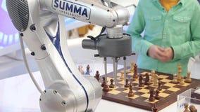 访客在比赛中心的下机器人棋 影视素材