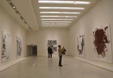 访客在现代和当代艺术的所罗门R古根海姆美术馆在纽约在克里斯托弗羊毛陈列时 免版税库存照片