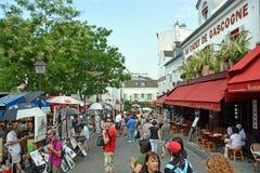 访客在艺术市场上在Montmatre,巴黎法国 免版税库存图片