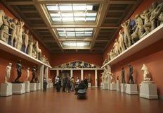 访客在艺术普希金博物馆的奥林匹克大厅里, 免版税库存照片