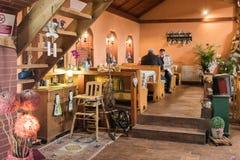 访客在路旁咖啡馆坐在Sighisoara镇附近在罗马尼亚 库存图片