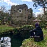 访客在Ninfa庭院里  意大利人著名公园 库存图片