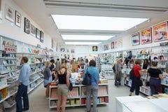 访客在Saatchi画廊书店在伦敦 图库摄影