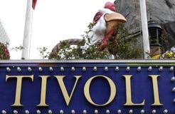 访客在TIVOLI庭院里在营业日 免版税库存照片