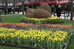 访客在TIVOLI庭院里在营业日 库存图片