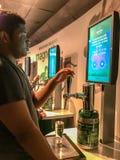 访客戏剧在海涅肯啤酒厂游览,阿姆斯特时轻拍挑战 免版税库存图片