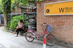 访客有休息在redtory创造性的庭院,广州,瓷 免版税库存照片