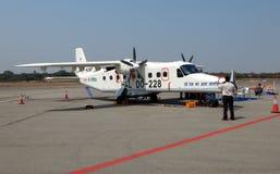 访客有神色在小型飞机展览在机场终端 免版税库存照片
