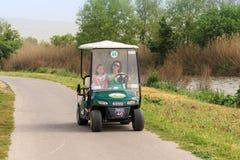 访客沿在Hula湖自然保护的一条电动车道路驾驶在Yesod哈马`丙氨酸解决附近在以色列 库存照片