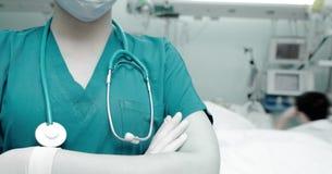访客的背景的女性医生床边的 免版税库存图片