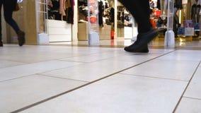 访客通过购物中心走在妇女的内衣的部门旁边 影视素材
