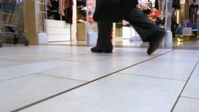 访客通过购物中心走在妇女的内衣的部门旁边 股票录像