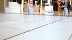 访客通过购物中心走在妇女的内衣的部门旁边 股票视频
