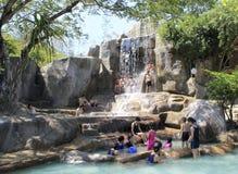 访客采取矿泉水沐浴并且获得乐趣在I -手段,芽庄市,越南 免版税库存照片