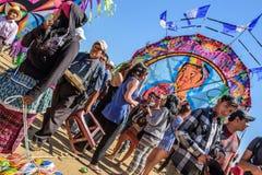 访客&供营商巨型风筝节日的,万圣节, Guat 库存照片