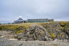 访问北角Nordkapp的游人位于芬马克郡,挪威 免版税图库摄影