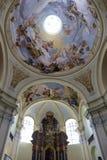 访问圣母玛丽亚,地方朝圣, Hejnice,捷克的巴洛克式的大教堂内部  库存照片