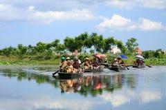 访问在河的米领域的小船的记录 库存图片