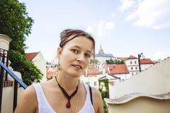 访问布拉格的少妇画象 库存图片