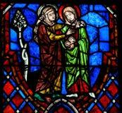 访问彩色玻璃在游览大教堂,法国里 免版税库存图片
