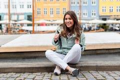 访问斯堪的那维亚的年轻旅游妇女 免版税库存图片