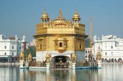 访问旁遮普邦-金黄寺庙,阿姆利则,印度的著名宗教地标的崇拜者 免版税库存照片