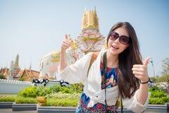 访问曼谷的年轻美丽的背包徒步旅行者妇女 图库摄影