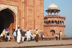 访问泰姬陵清真寺,阿格拉,印度的回教崇拜者 库存图片