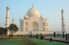 访问泰姬陵纪念碑的游人被列出成科教文组织世界遗产,印度 免版税图库摄影