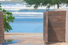 访问海滩的关闭开放木门 免版税库存照片