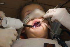 访问的牙科医生 免版税库存图片