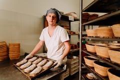 证明麸皮面团在篮子的 私有面包店 生产面包 免版税库存照片