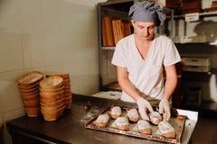 证明麸皮面团在篮子的 私有面包店 生产面包 库存图片