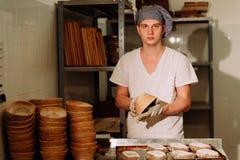 证明麸皮面团在篮子的 私有面包店 生产面包 免版税图库摄影