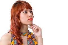 评估可能性的女孩 在下巴的现有量 新红头发人妇女 免版税图库摄影