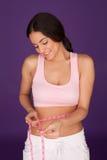 评定她的腰部的少妇 免版税图库摄影