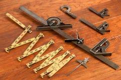 评定工具的古色古香的排列设备 免版税库存照片