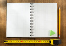 评定铅笔磁带木头 免版税库存照片