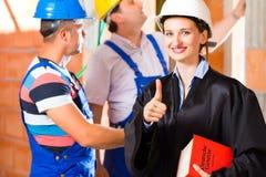 评论者或律师检查瑕疵的建筑工地 免版税库存照片