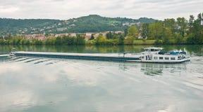 诅咒在隆河的河驳船在一多云天 免版税库存照片