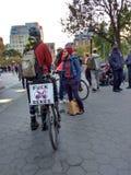 诅咒自行车,在警察,华盛顿广场公园, NYC, NY,美国附近的骑自行车者 库存图片