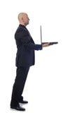 诉讼侧视图膝上型计算机的人 免版税库存照片