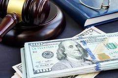 诉讼财务 惊堂木和美元钞票 保释保证书 免版税库存图片