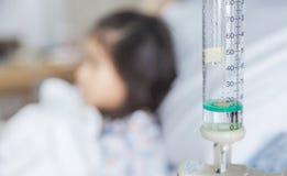 诊所愈合孩子流体静脉注射到血液静脉在hosital屋子里 免版税库存照片
