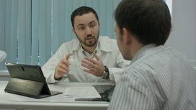 诊所提议医学的男性有胡子的医生 股票视频