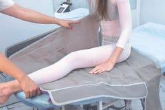 诊所的妇女压力疗法做法的治疗的 准备对与医生的做法 免版税库存照片
