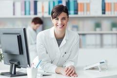 诊所的微笑的医生 免版税库存图片