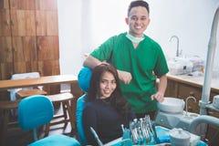 诊所的男性牙医与女性患者 免版税库存照片