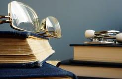 诊断和医疗教育 听诊器、玻璃和书 免版税库存图片