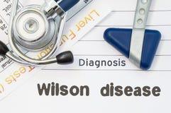 诊断威尔逊疾病 神经学锤子、听诊器和肝脏实验室试验在与威尔逊疾病的标题的笔记说谎 联系人 库存图片